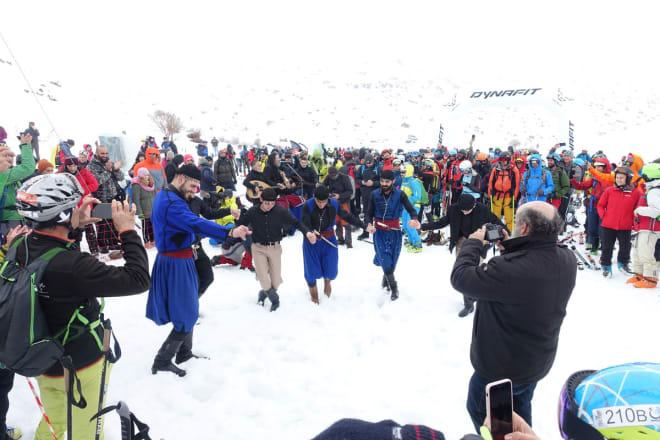 START-SHOW: Lokale dansere og musikere sørget for underholdning før start. Foto: Tore Meirik