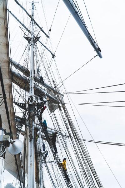 RIGGING: Det seiles på ordentlig og alle må ta i et tak når seilskuta Christian Radich er på skitur. Foto: henrik Ulleland