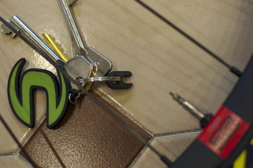 PÅ PLASS: Med ventilkjerneverktøy festet på husnøklene har du det alltid tilgjengelig. Dessverre må du ta verktøyet av nøkkellringen for å bruke det.