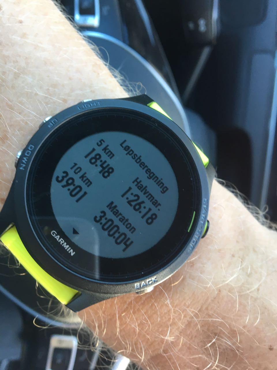 ANSLAG: Etter flere tøffe økter gir Garmin-klokka en pekepinn på hvor fort du kan løpe i konkurranse. Nyttig for å treffe med åpningsfarten.