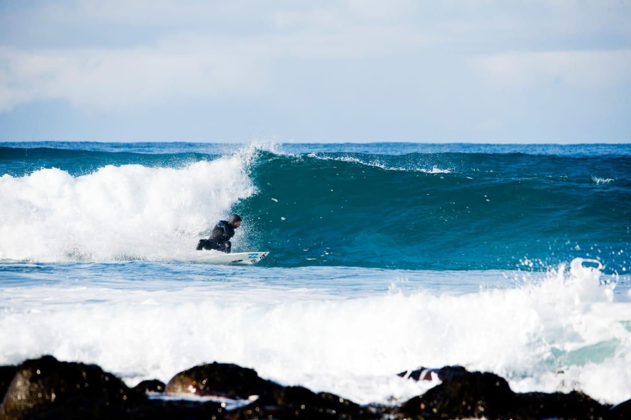 HUSTRIG PLASS: Golfstrømmen sper på litt lunk i Atlanterhavet, men varmt er det sjeldent på de beste dagene her oppe. Åge Obrestad måtte kle på seg alt av isolasjonsutstyr. Bilde: Øystein Kvanneid