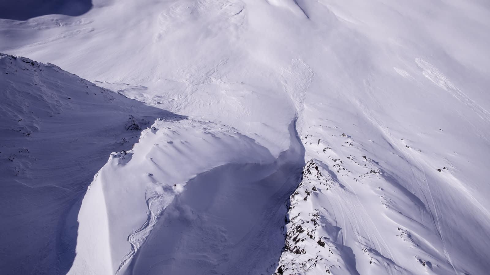 TØFF TOPPTUR: Asbjørn Eggebø Næss får seg noen reale puddersvinger på vei ned fra Helvetestinden. Bilde: Terje Aamodt og Anders Eide