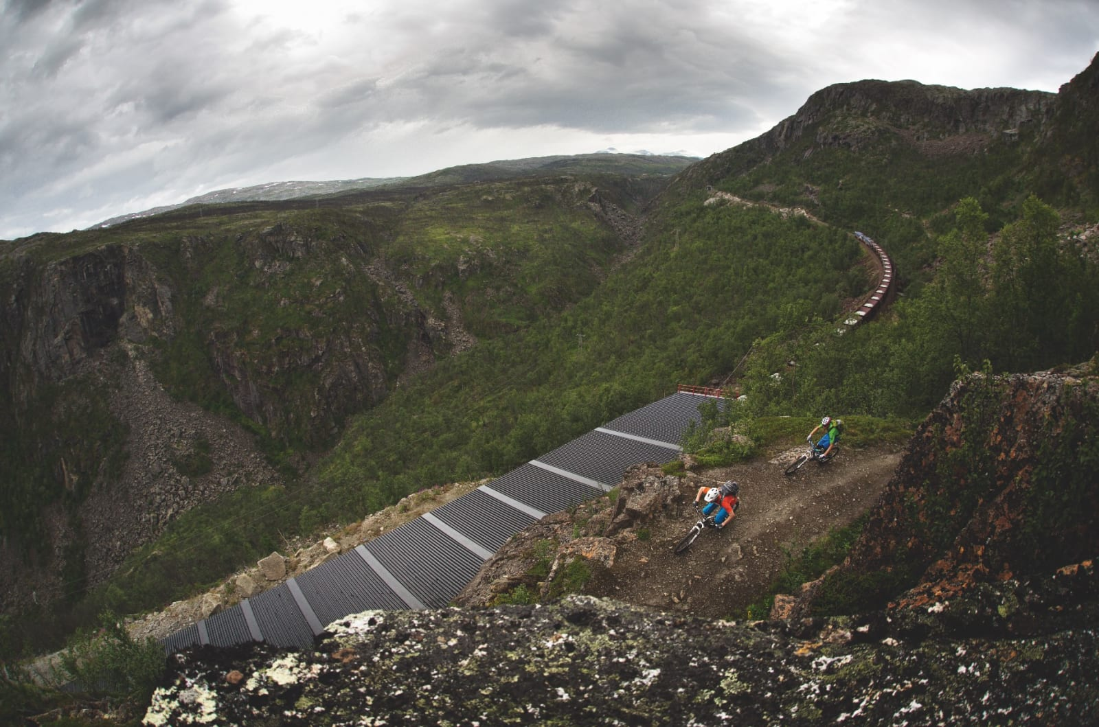 PÅ KANTEN: Rallarvegen ned til Rombaksbotn byr på utsikt. Sture Pettersen og Remi Einås setter svingen over malmtoget fra Kiruna.