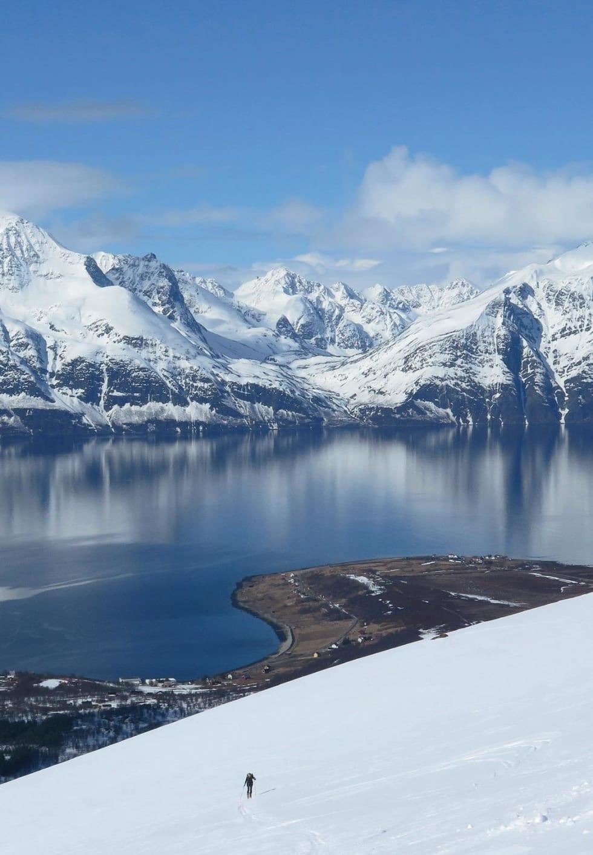 På Storhaugen i Kåfjord kan du kombinere en flott skitur med fantastisk utsikt mot Lyngsalpan. Foto: Espen Nordahl. / Trygge toppturer.