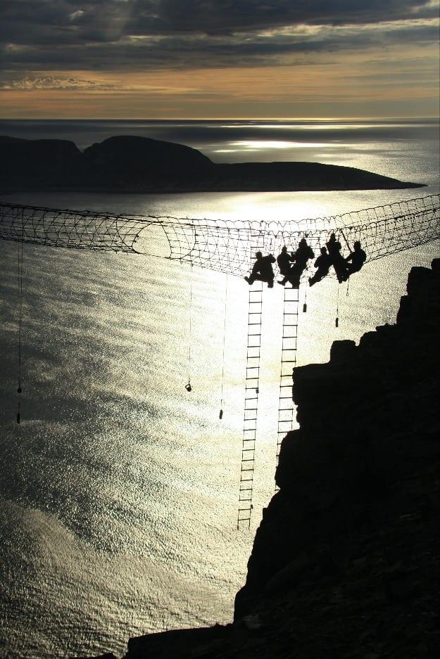 NETTET FANGER: Finaleriggen til Storm Adventures, med klatrenettet spent opp 300 meter over juvet på Nordkapplatået i Finnmark, har etterhvert blitt et godt innarbeidet kjennemerke på tv serien.