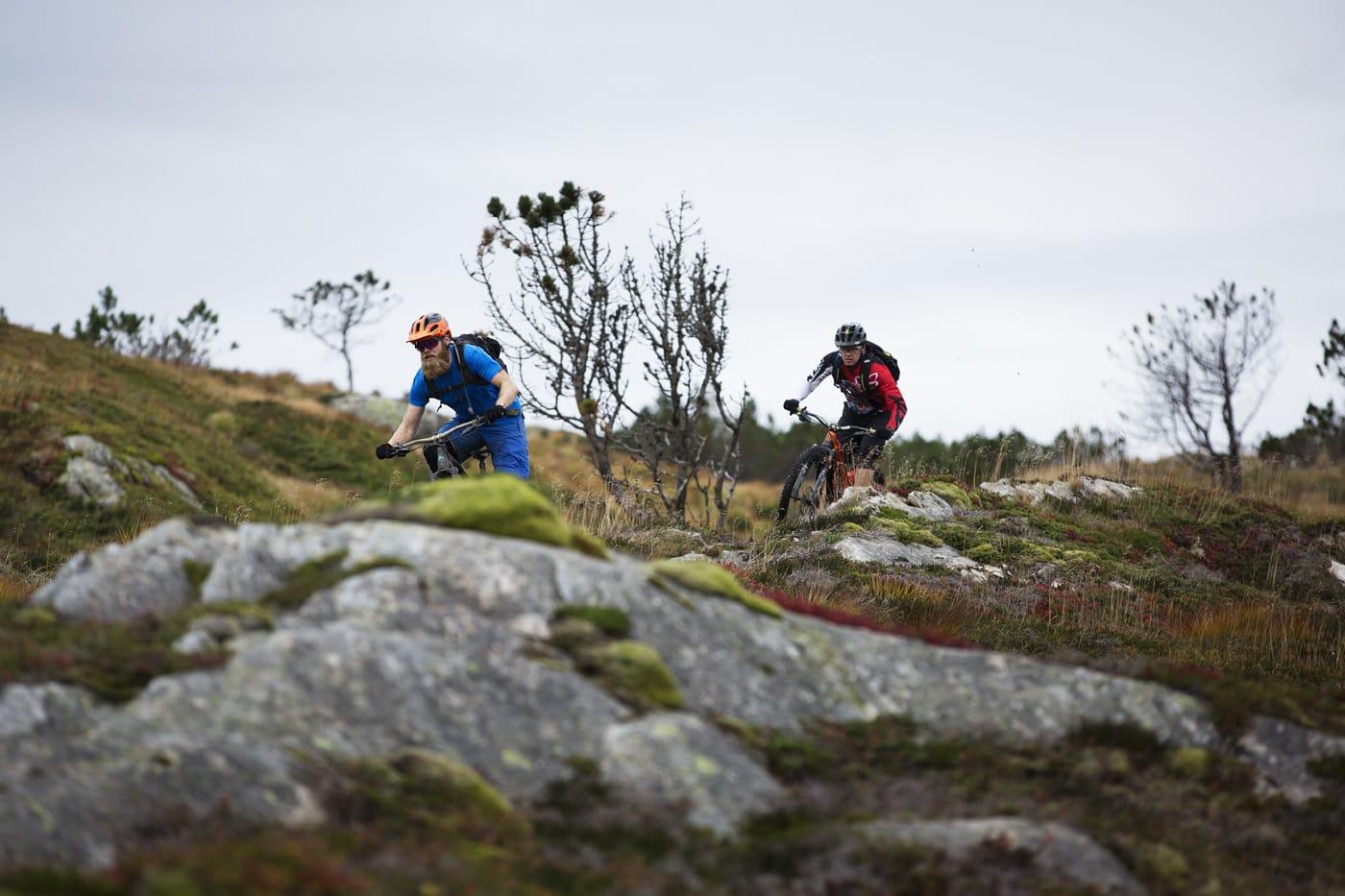 OPPE PÅ VIDDEN: Etter en lang transport på asfalt og grusveier tar Mads Oliver Øftshus og Espen Bergli-Johnsen fatt på utforkjøringen ned fra Rundemannen.