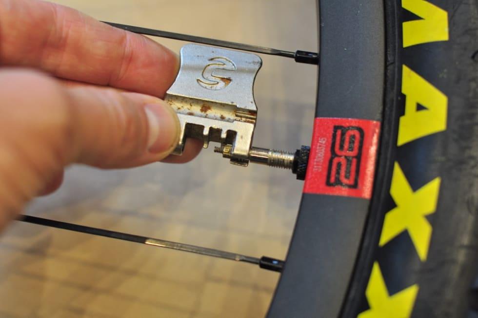 LETT: Når du har skrudd av selve kjedekutteren fra resten av multiverktøyet er den lett å bruke til å stramme ventilkjernen.