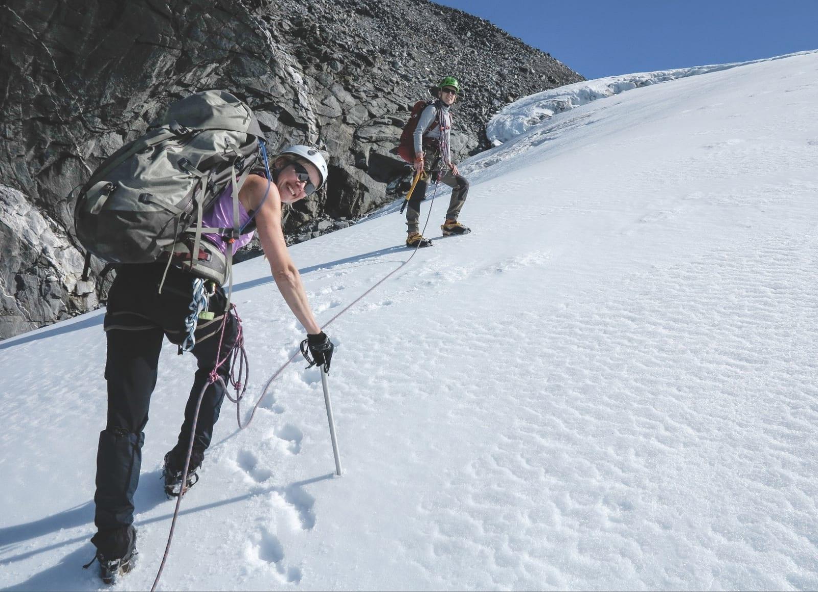 KLASSISK: På vei til topper i Jotunheimen må du noen ganger på med breutstyret.