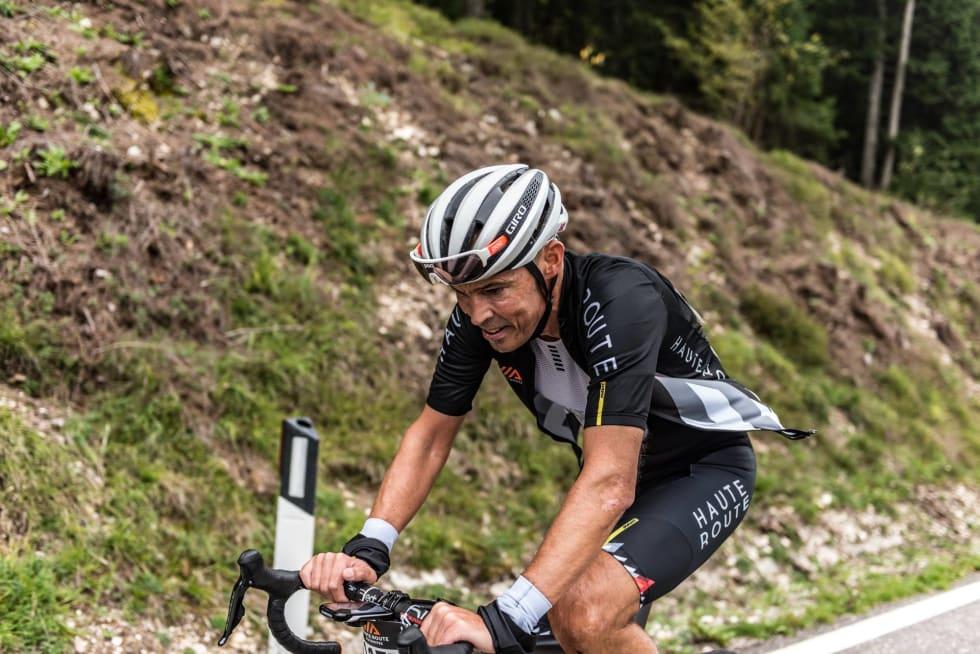 VOSSING: Dag Tore Roe fra Vossevangen sykkelklubb kjemper seg oppover den brutale stigningen mot Alpe di Pampeago. Foto: Arrangøren.