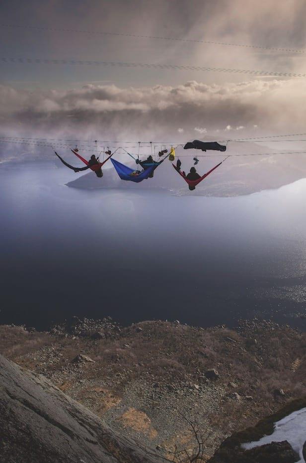 PERLER PÅ EN SNOR: Våren 2015 gjennomførte produksjonen et av de mest spektakulære programmene hittil, da alle deltagerne fikk sove i hengekøyer, spent opp på en wire, 700 meter over bakken fra Gygrekjeften på Lihesten 777 moh i Hyllestad, Sogn og Fjordane.