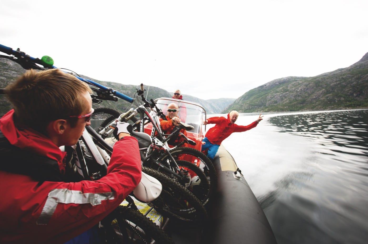 EPISK AVSLUTNING: Sykler du Rallarvegen til Rombaksbotn i turistsesongen, er det mulig å bestille båttur med RIB tilbake til Narvik. Sture Pettersen er greit fornøyd med spesialbehandlingen vi fi kk på slutten av vår tur.