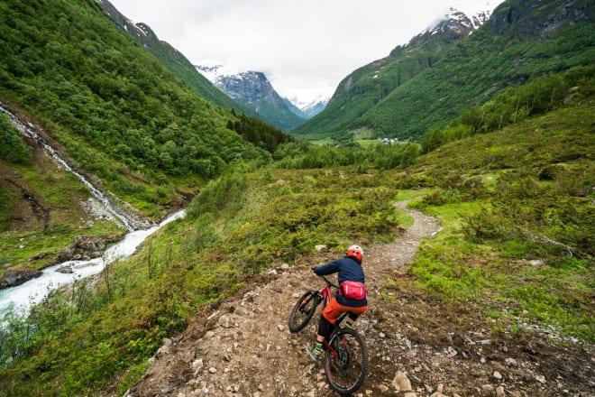STISYKLING: Fete stier rundt Stryn. Foto: Bård Basberg