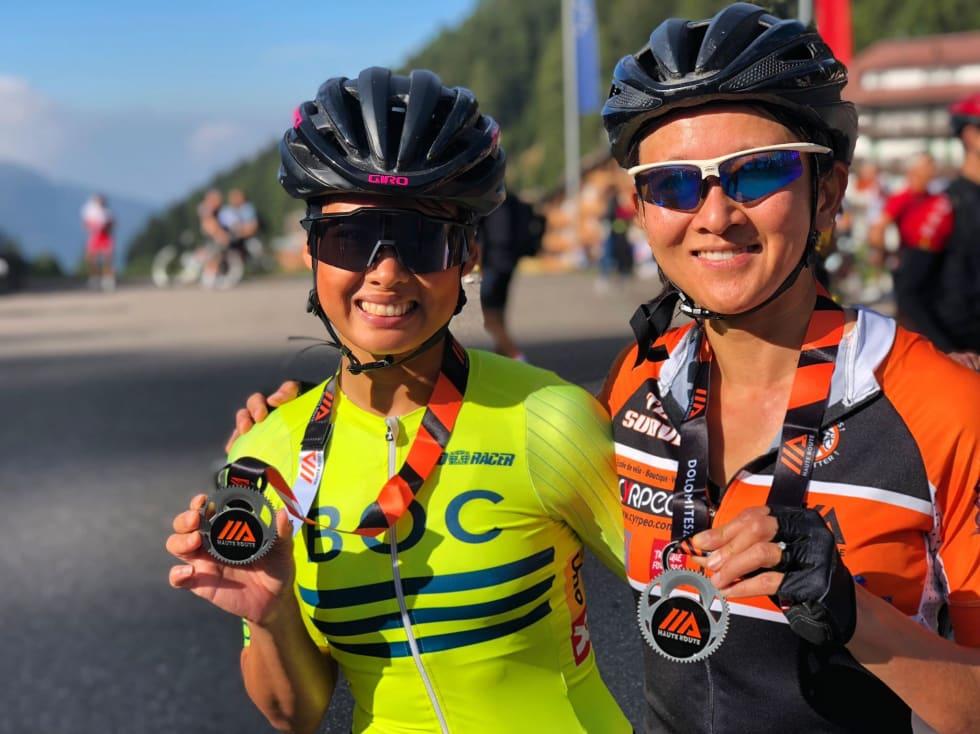 FÅ JENTER: Artikkelforfatter Caroline Vamnes og Lillian Choy fra England sykler gjerne sammen på Haute Route. De har deltatt både i Alpene og i Italia sammen. Foto: Arrangøren.
