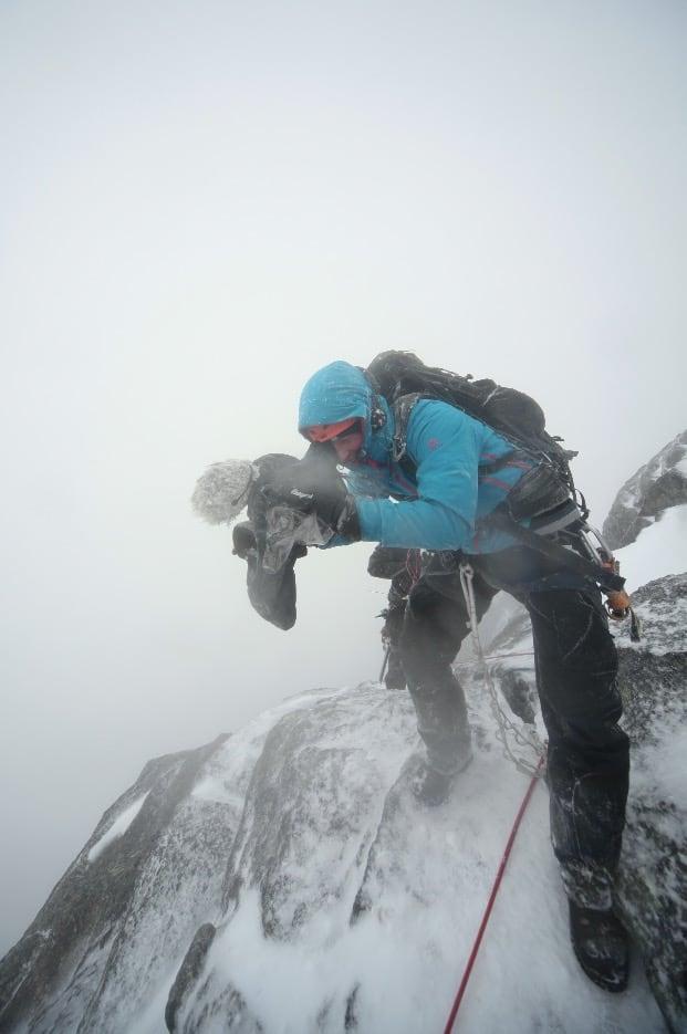 PÅ DET TREDJE SKAL DET SKJE: I skikkelig ruskevær i 2011 kom endelig to deltakere seg til toppen av Norges Nasjonalfjell, Stetind 1.392moh i Tysfjord, Nordland, etter to tidligere avbrutte forsøk. Fotograf Espen Oscar Olsen har vært ute en vinternatt før i løpet av sine 12 sesonger, og fikk foreviget turen.