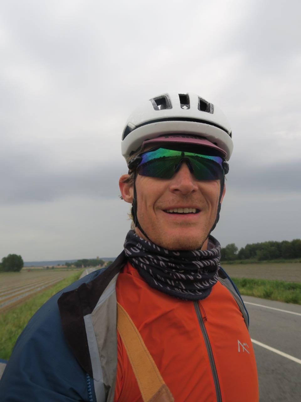 PÅKLEDD: Med regnjakke utenpå sykkeltrøya og kameraet holdt jeg varmen i regnet. Buff og hansker varmet også.