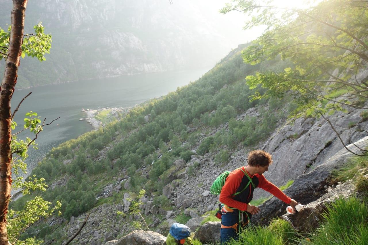 VANNHULL: Erik fyller vann på anmarsjen. Geitaneset nede ved vannkanten i bakgrunnen.