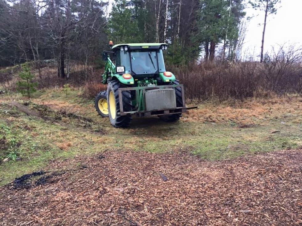 Når traktorveien i området ved Knardal Funpark er ryddet, regner dugnadsgjengen med at de får bedre oversikt over hvilke stier som allerede finnes og hva de eventuelt må bygge nytt. Foto: Andreas Egeberg