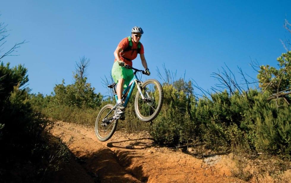 GJENNOMFØRINGEN: Henrik vrir seg over til siden og holder blikket fremover. For å gå inn for landing vil han nå løfte med seg bakhjulet opp og legge vekten fremover mens han skyver fronten av sykkelen ned.