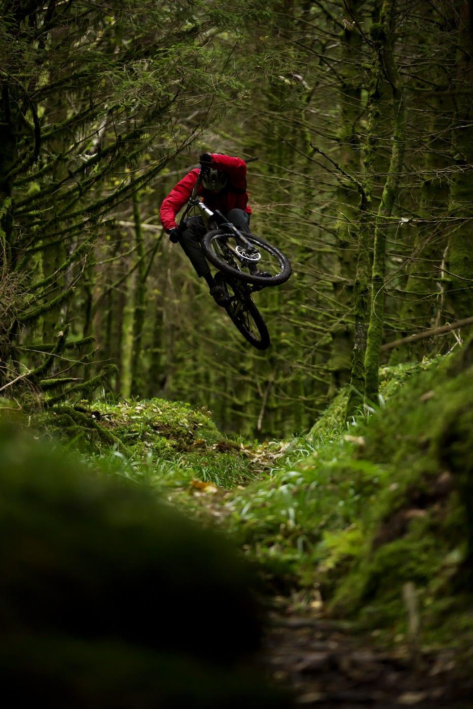 TRESKRUBBING: Preben Nøkleby går høyere enn de fleste. Stend er fullt av naturlige hoppkanter i terrenget, og her benytter han muligheten til å suse lavt under grenene på træne.