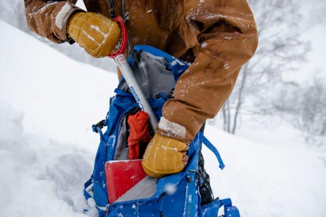 BRUKERVENNLIGHET: Plass til skredutstyr og detaljer som er enkle å bruke med votter eller hansker er viktig. Foto: Martin Innerdal Dalen