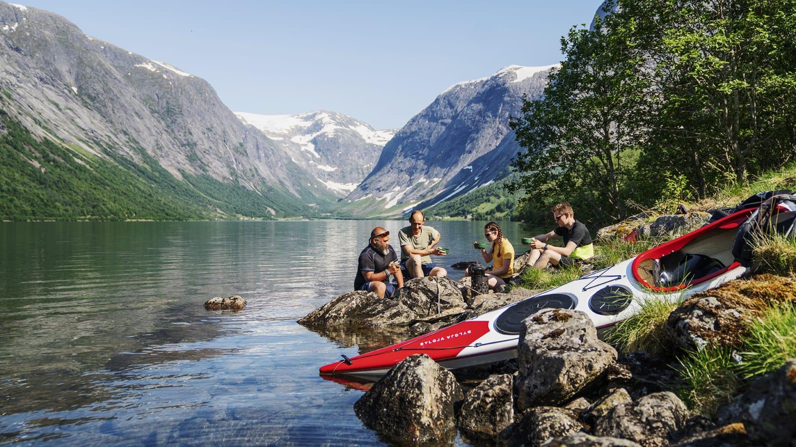 JØLSTER: Kjøsnesfjorden er ut som en plass vel verdt å besøke. Spesielt for padlere. Bilde: Magnus Roaldset Furset