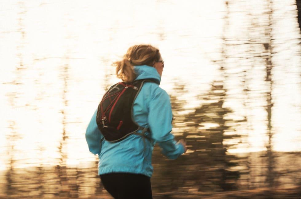 SÅ LANGT DU ORKER: Om du skal på litt lengre løpetur, er det kjekt med en passe stor sekk til skift, og som sitter godt på ryggen. Foto: Kristoffer H. Kippernes