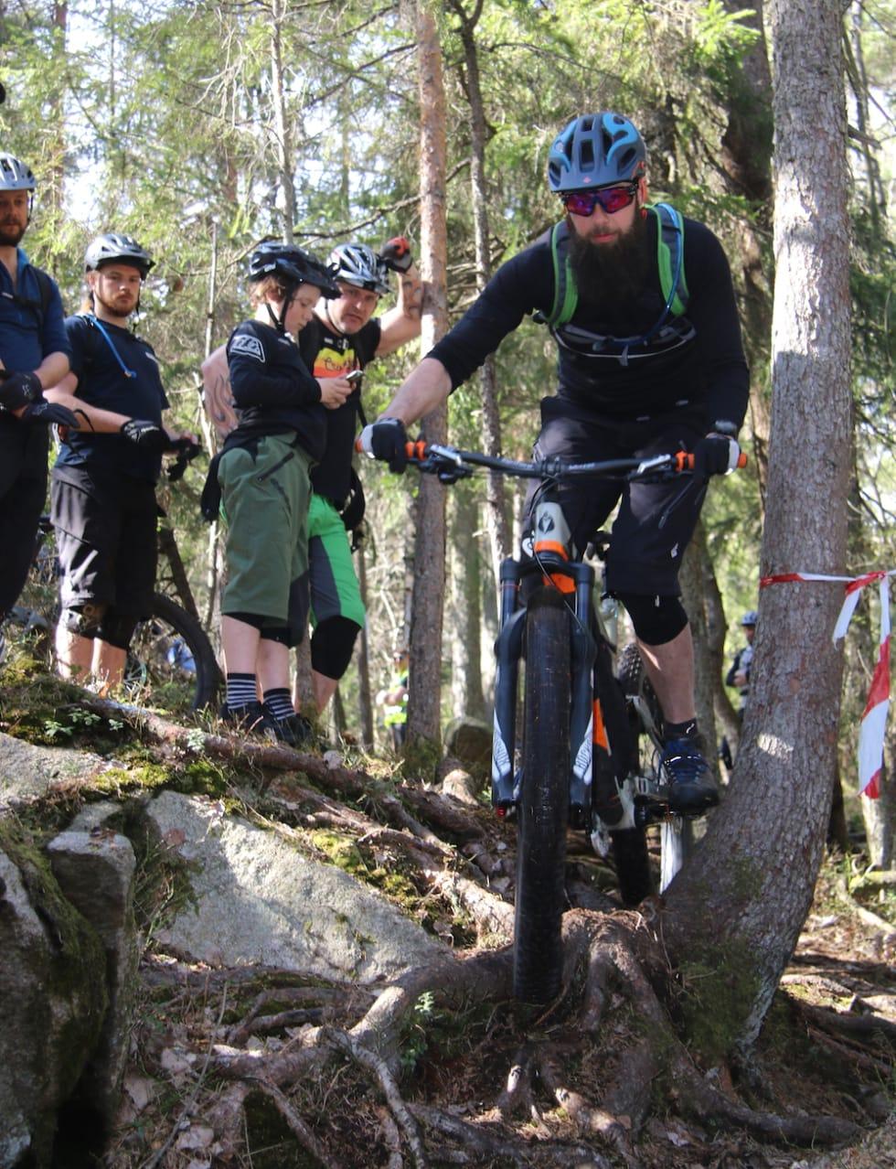 Stian Benkø balanserer seg rundt crux under fjorårets festival. Foto: Rasmus Leiro