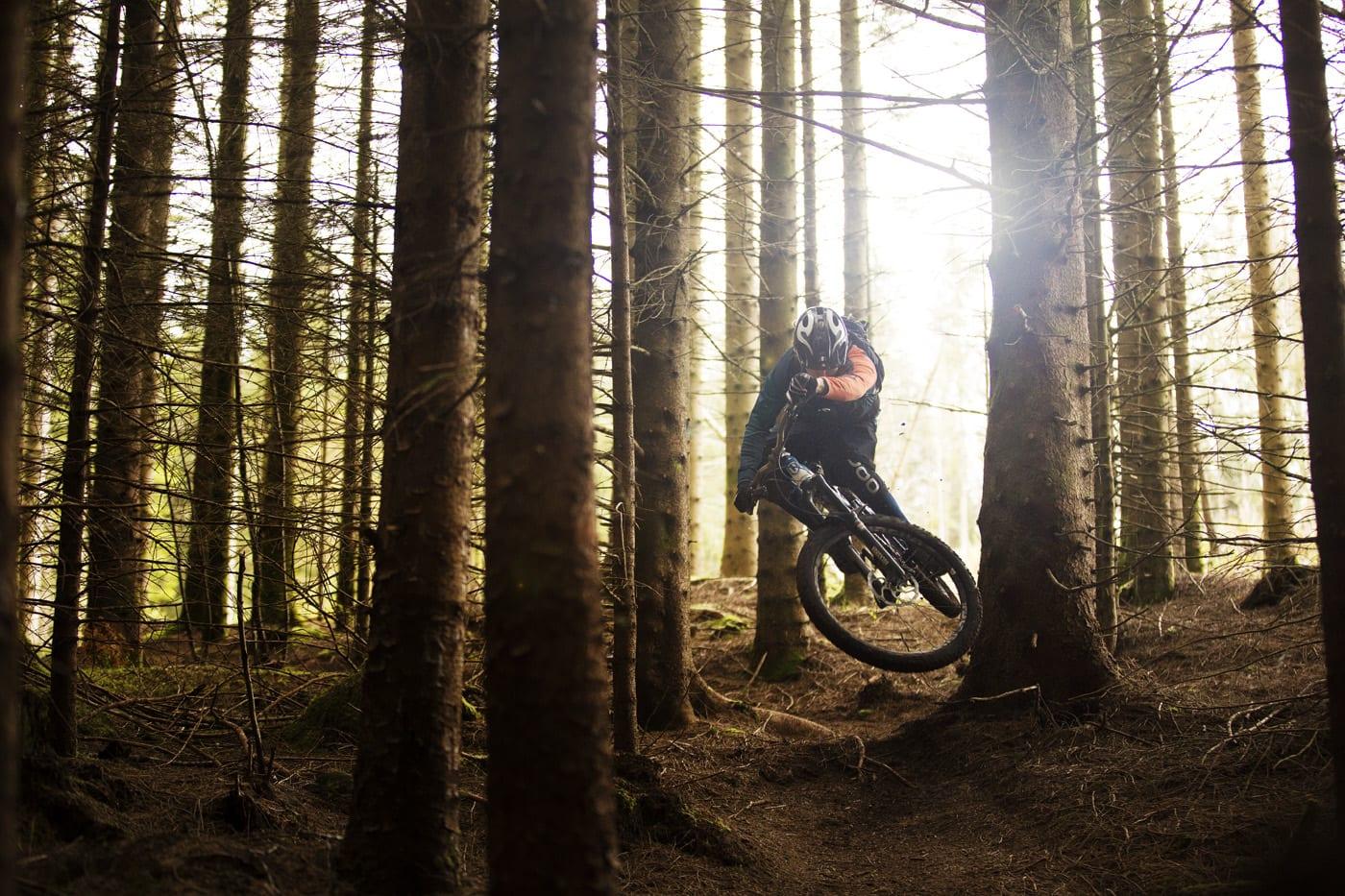 LAVT MELLOM TRÆRNE: Anders Veland fra hashtagenduro- gjengen begrenser lufttiden i skogen på Stend