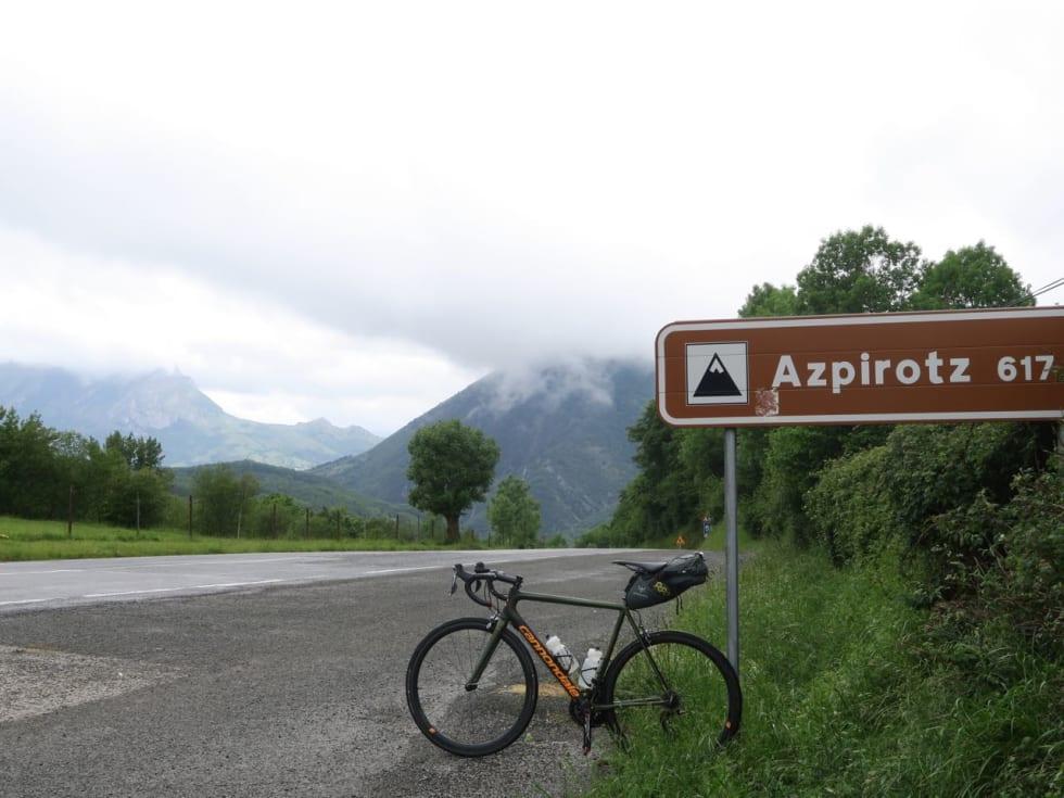 PASS-ERING: Grensa til Baskerland lå rett forbi toppen. Nedover til kysten.