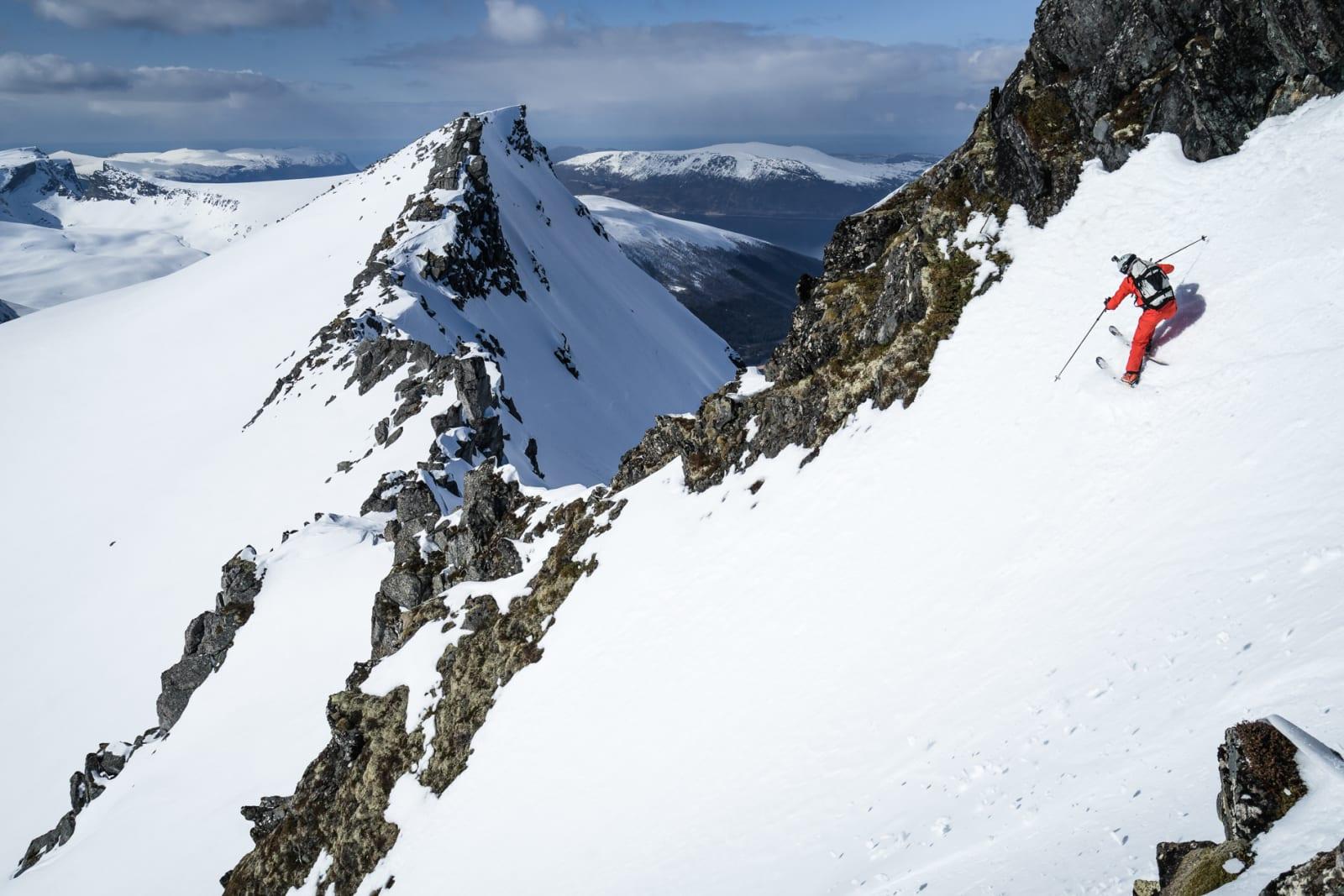 «Fin snø i spektakulære omgivelser. Vil også påstå at alle turene har vært tryggere en bilturen dit» Sted: «Baksiden» (vest) av Svinetinden Bilde: Sigve F. Høydahl
