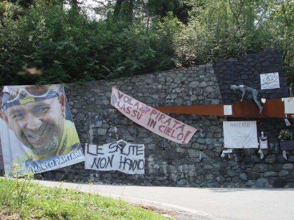 MONUMENT: Marco Pantani har fått sin egen minnesving i Mortirolo. Foto: Cor Vos.