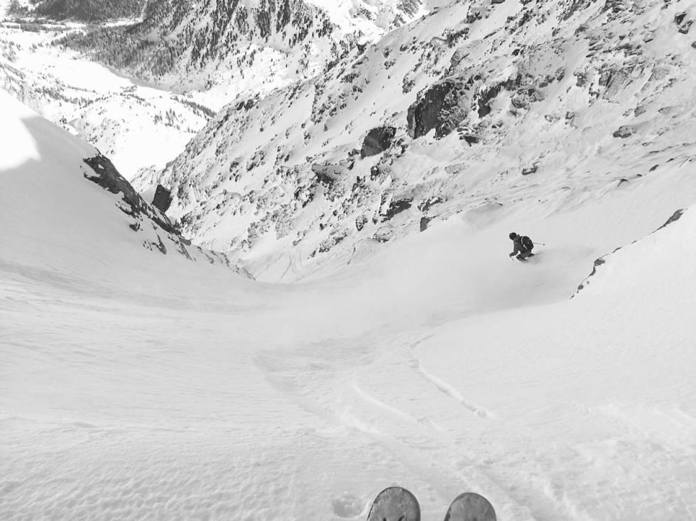 SKRINT: Artikkelforfatteren retter skia nedover i en av få snøfylte renner i området. Bilde: Ida Gunleiksrud