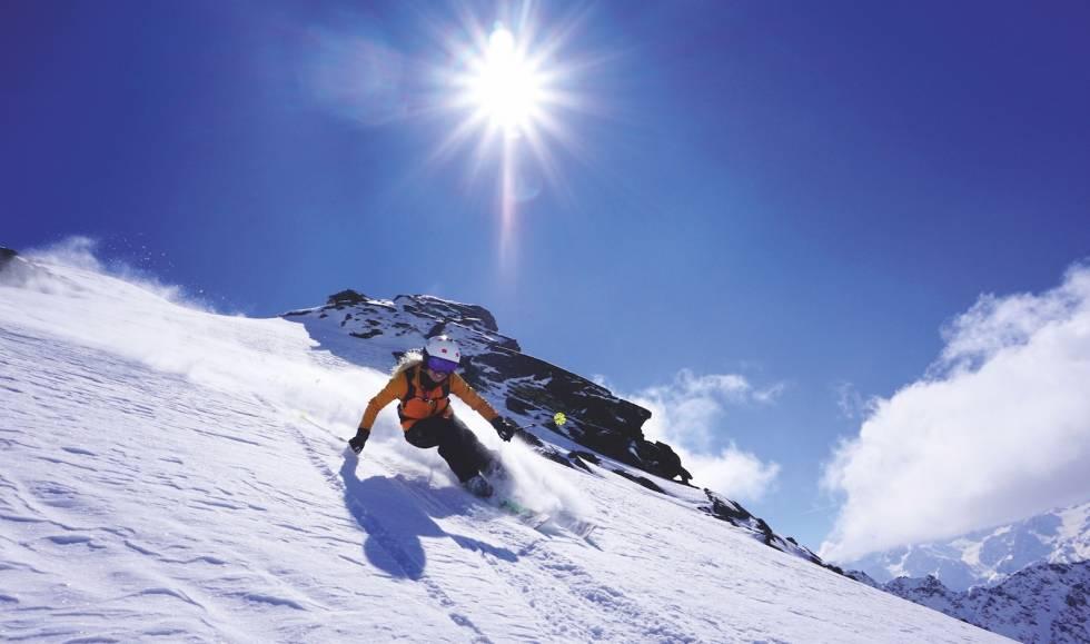GODT BYTTET: Bare å smile når hverdagen handler om å sette svinger i solfylte fjellsider. Helene angrer ikke på at hun bytta ut alpinskia med frikjøringsski. Bilde: Johanne Askim Adde