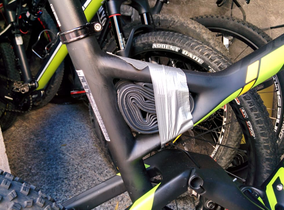 ALLTID MED: Fester du en slange til sykkelen glemmer du den i hvert fall ikke. Sjekk at den er hel med jevne mellomrom.
