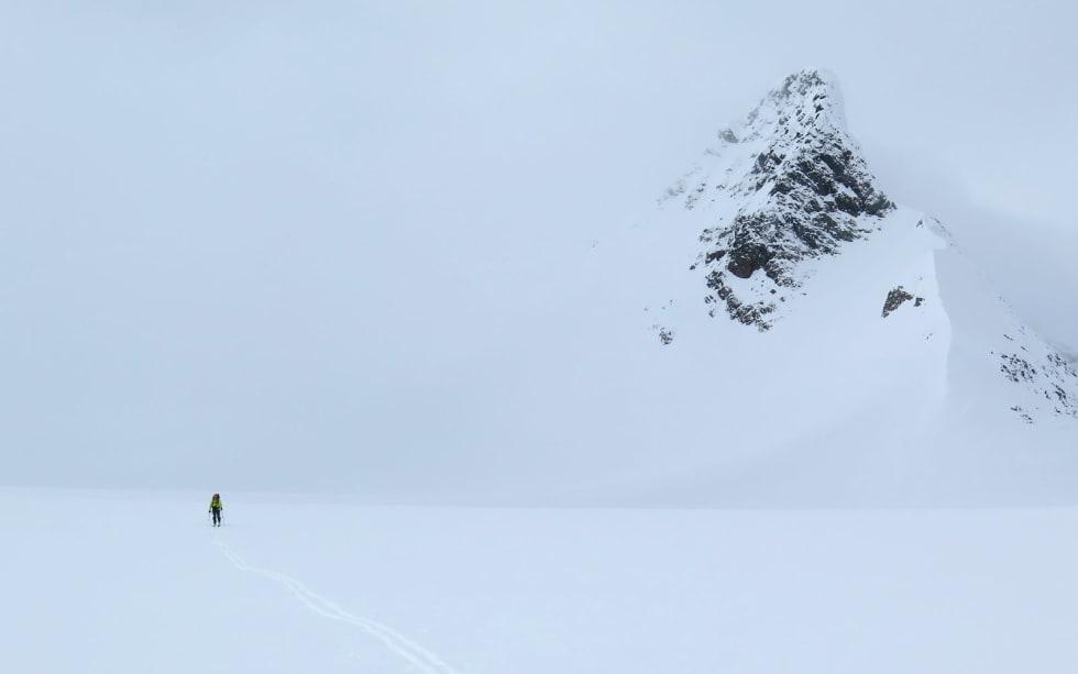 ENSOMHETEN: Espen Nordahl nyter ei stille stund over Steindalsbreen, på den andre av sju dager gjennom Troms´ flotteste fjellområde; Lyngsalpene. Bilde: Torben Rognmo