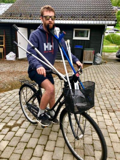 MULTITASKING: Henrik Gangsø på sykkeltur med krykker.