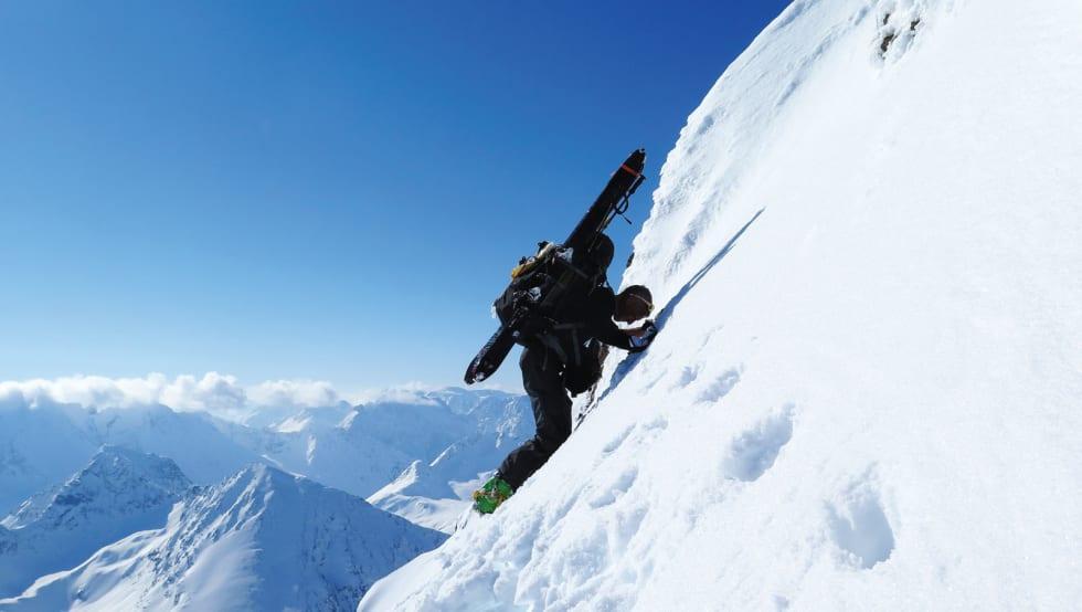 NESTEN OPPE: Espen Nordahl med skiene på sekken og isøks i hånda de siste bratte meterne opp til toppen av Tafeltinden. Bilde: Torben Rognmo