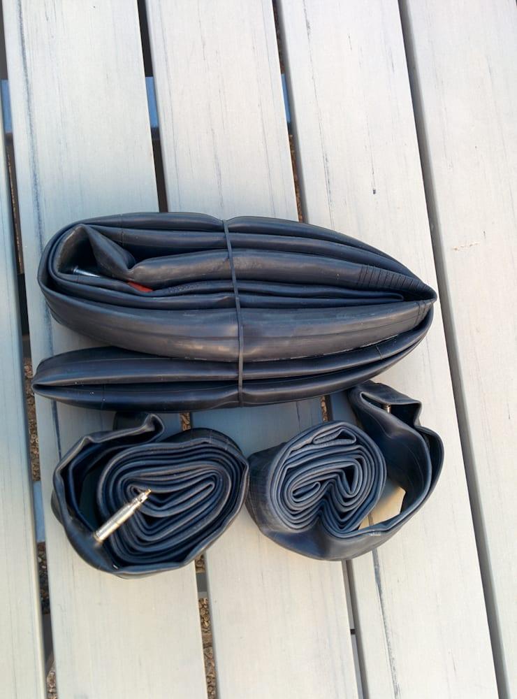 DÅRLIG RULL: Ruller du slapt tar slangen stor plass, men har du plass er det raskere å få en slange med litt luft inn i dekket.