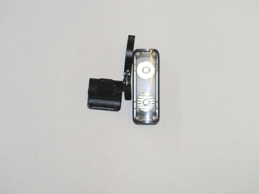 DOBBEL DOSE: Specialized Flux 900 har to dioder og reflektorer. En spot og en som lyser bredt. Til sammen dekker de både nært og fjernt.