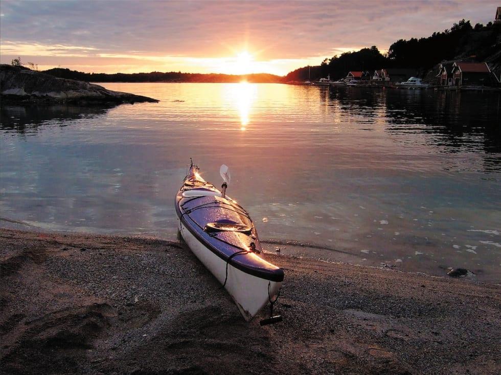 OMMERKVELD: Solnedgang over skjærgården ved Fitjarøyene.