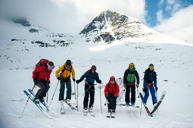 FULLTEGNET: Sunndal Ski Session ble utsolgt for lengst, og denne gjengen er fornøyd etter tur på Åbittinden sist helg. Foto: Arild Bjerkan