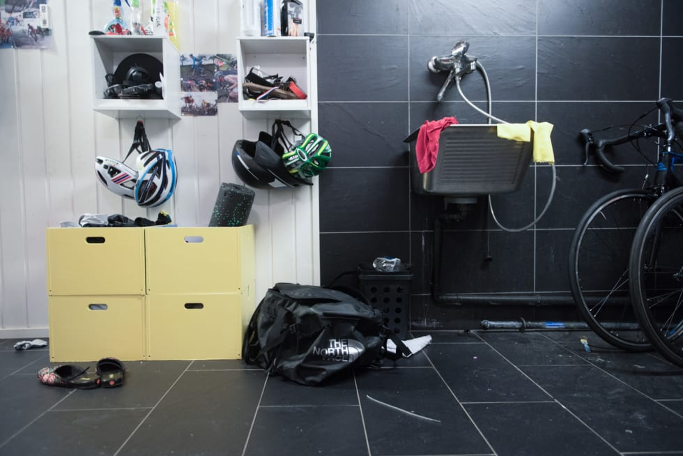 IDRETTSHJEM: Rot for mange - rekvisitter for aktive. Hjemme på Lillehammer vokste Truls opp i en aktiv utendørsfamilie. Foto: Henrik Alpers.