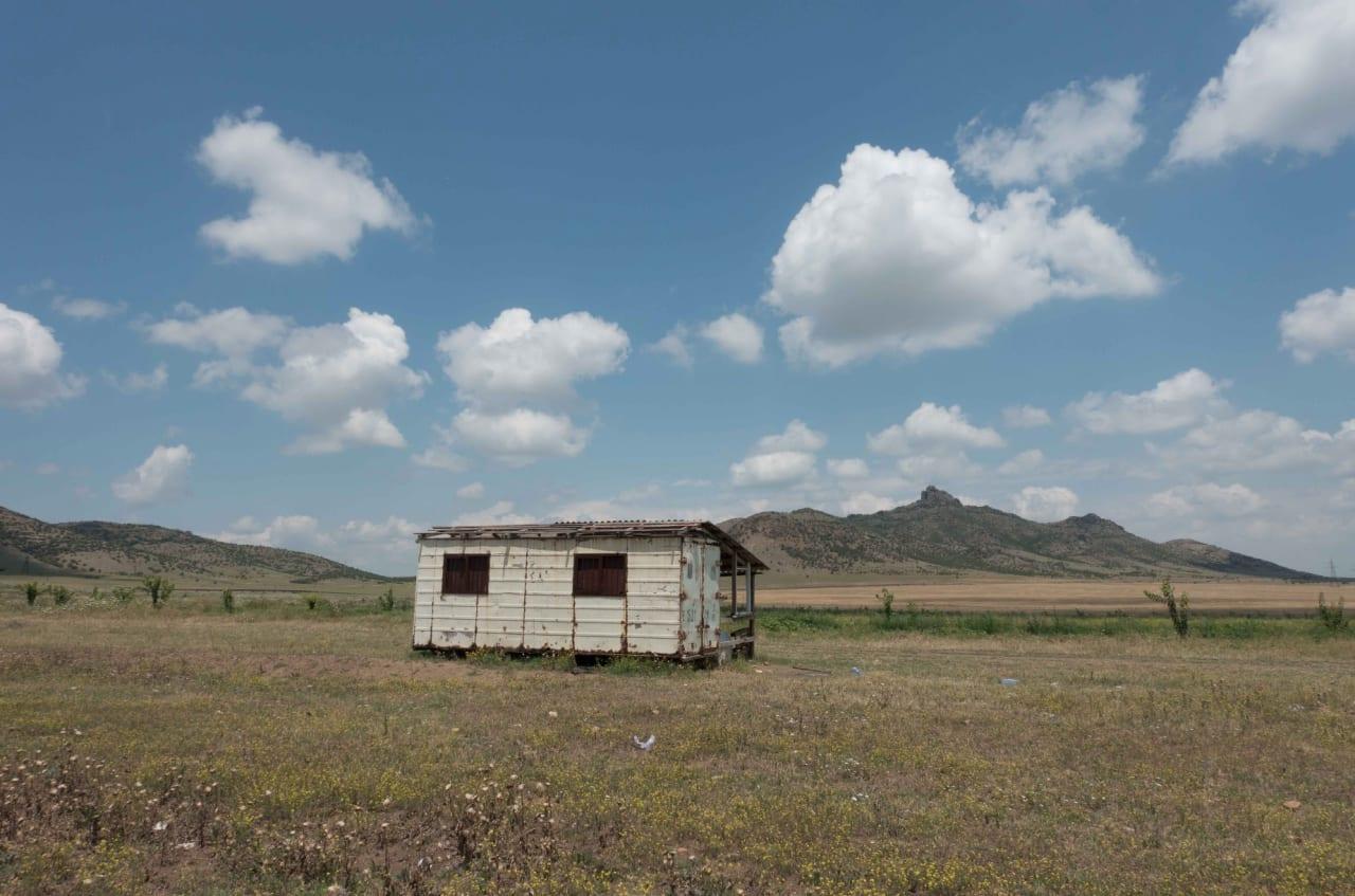 LANGS VEIEN: Armensk arkitektur er praktisk, robust og funksjonellt. Men ikke pent.