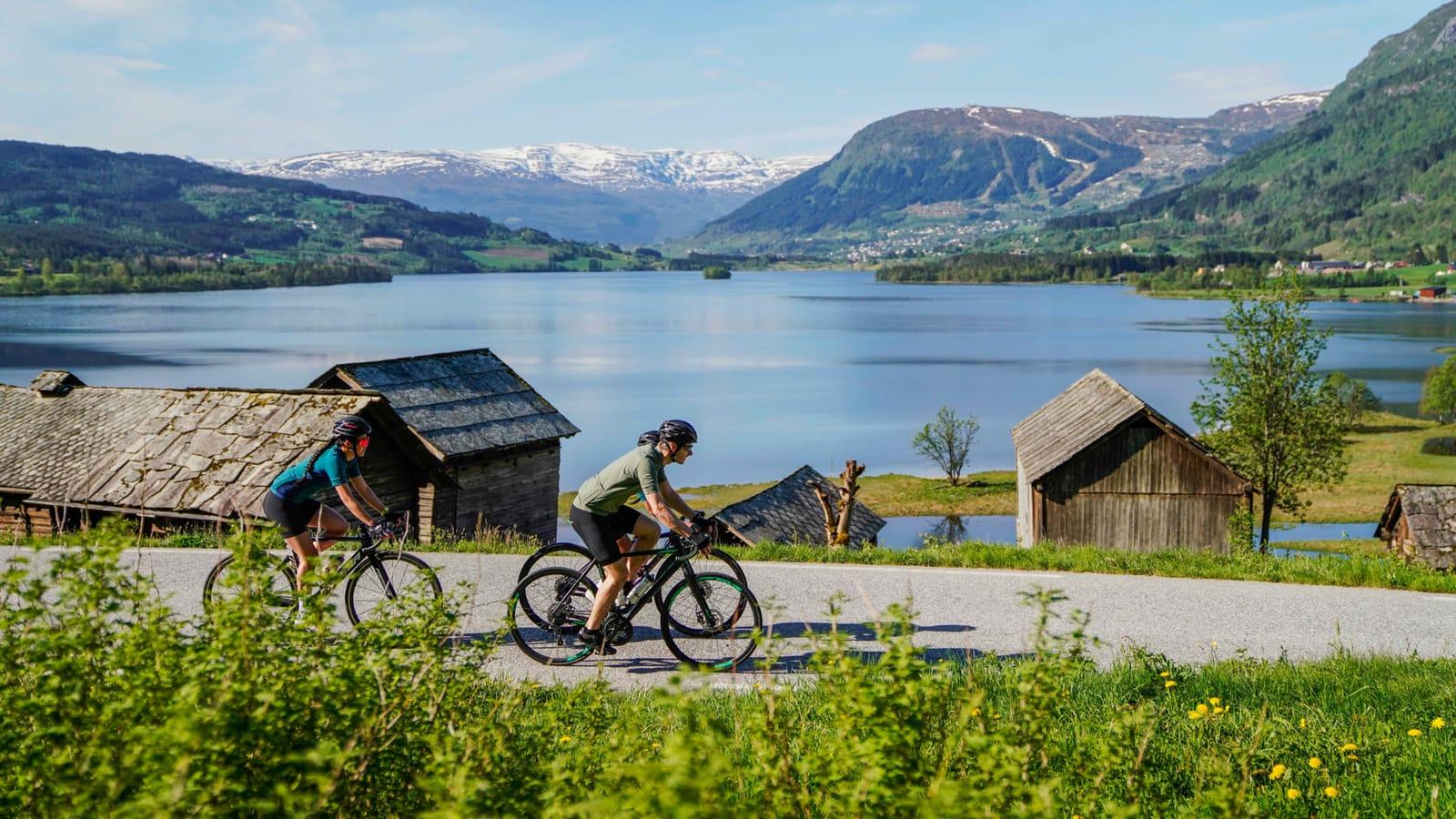 KULTURARV: På sykkelturen fra Voss til Myrkdalen sykler du forbi Nesheimtunet som er på UNESCOs kulturarvliste. Foto: Magnus Roaldset Furset