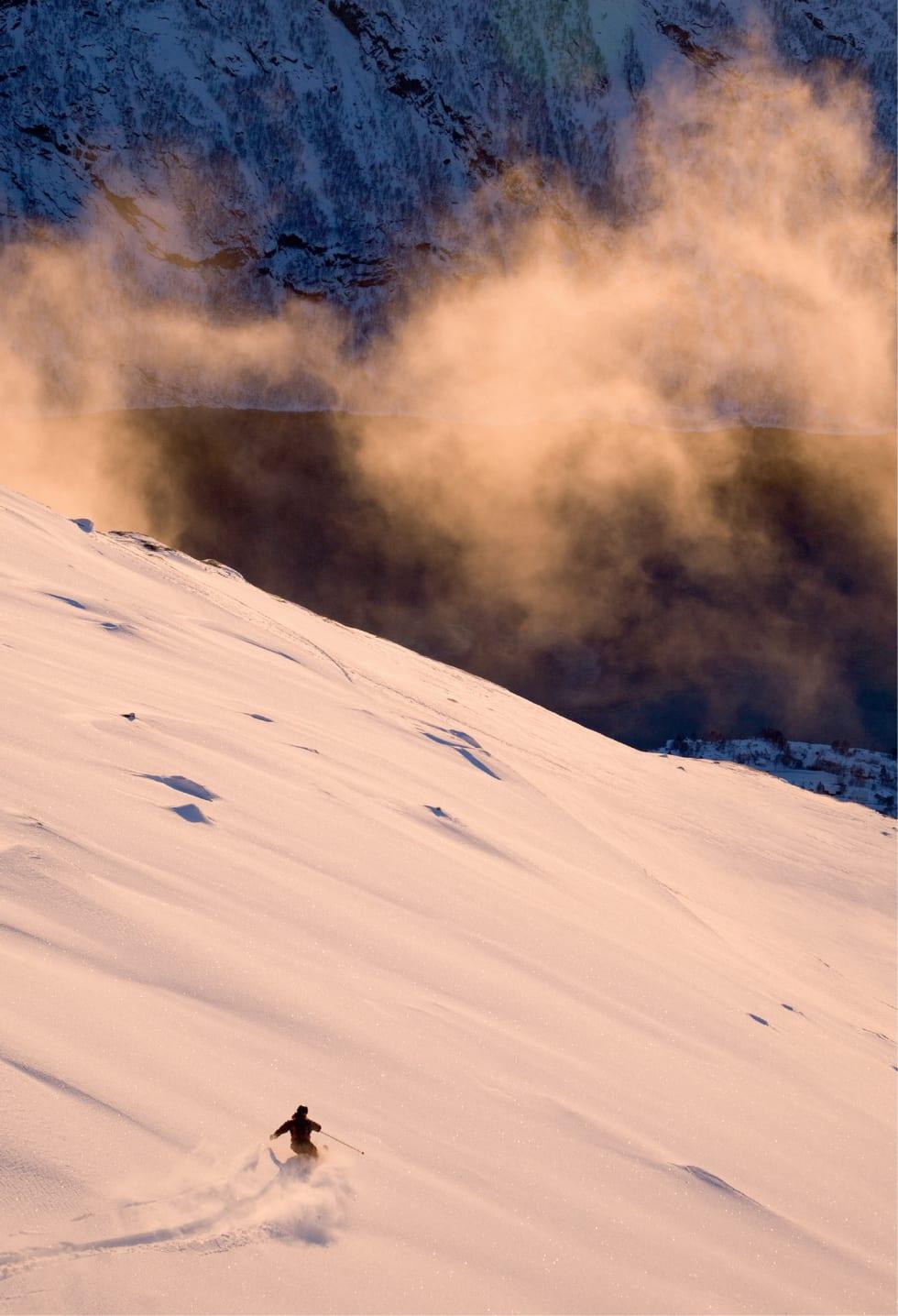 Mikael af Ekenstam på en av de Fem fingrene på Tredjetoppens sørside. Foto: Fredrik Schenholm / Toppturer rundt Narvik