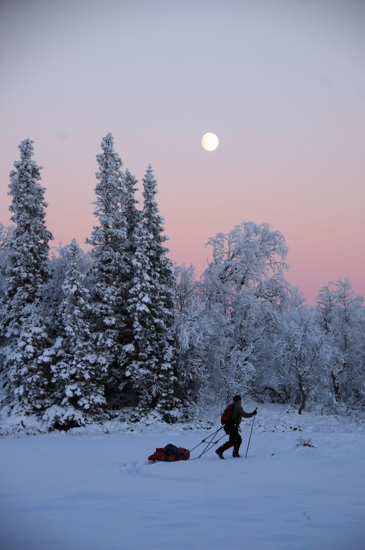 Idyll: Fullmåne på vei opp og sol på vei ned gir flotte fargenyanser i den vinterklare skumringsstunden. Foto: André Spica