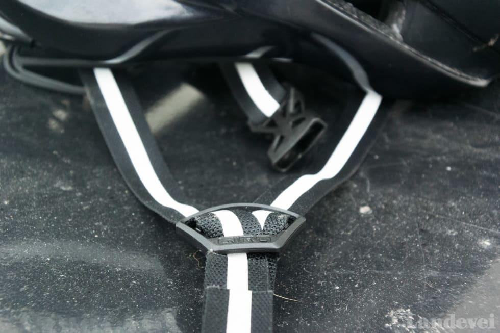 SYNLIG: Refleksstripene på hjelmstroppene er av høy kvalitet, og de synes forbausende godt.