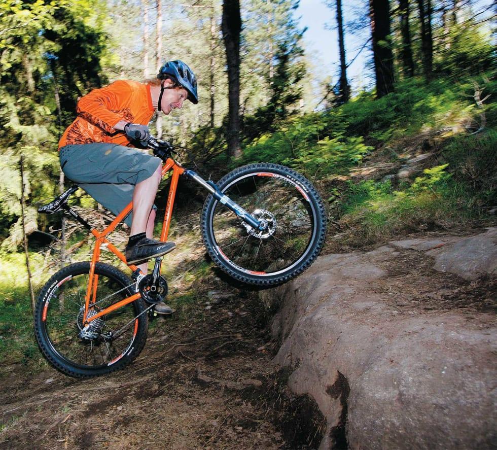 SPENN FRA: Løft forhjulet opp på kanten ved hjelp av vekforskyving bakover og et rykk i styret.