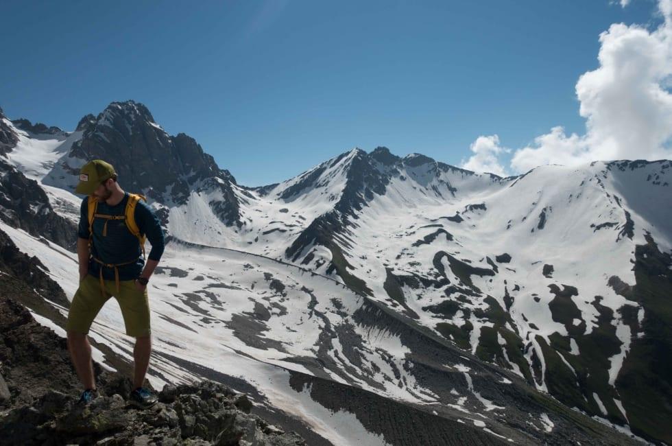 RAK I RYGGEN: 10 måneder etter ryggoperasjon illustrerer Erling fordelen med ekstra stivelse i ryggen på 3000 meter i Svaneti.