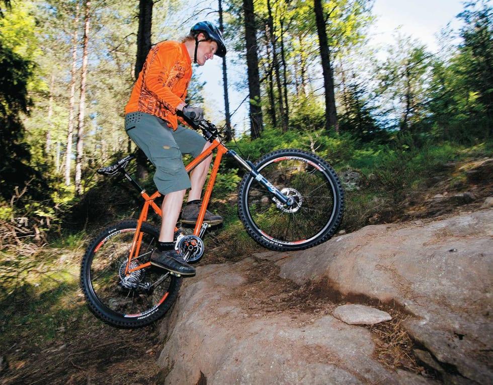 RYKK: Dra oppover i pedalene og styret samtidig som du hiver vekten fremover. Hold kraften i tråkket og nok vekt på bakhjulet til at det griper på berget.